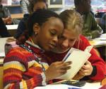 Des enfants découvrent l'un des livres écrits et réalisés par leurs parents - Orléans 2008